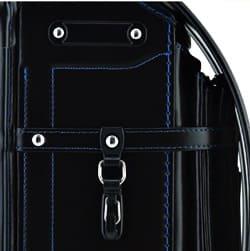 フックの先端にV字の切れ込みが入った「池田屋フック」は、袋を掛けるときも、外すときも、フックにヒモを掛けて下に引くだけで片手で簡単に着脱できます。