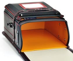 マットクラリーノ カラーステッチの内部は傷つきにくい人工皮革